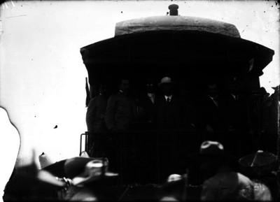 Francisco I. Madero y Eduardo Hay con otras personas a bordo de un tren