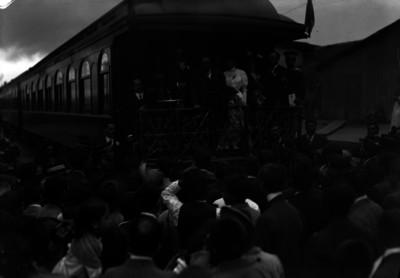 Francisco I. Madero, acompañado por su esposa y su padre, son recibidos por una multitud al llegar a una estación