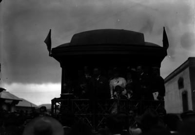 Francisco I. Madero acompañado por su esposa, hijos y miembros de su comitiva en el cabú del tren presidencial al salir de Pachuca