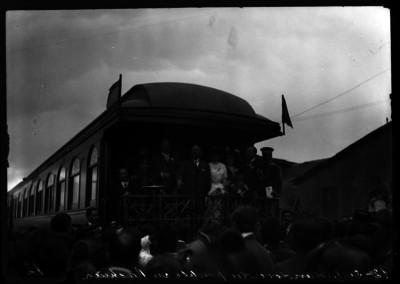 Francisco I. Madero con su esposa, hijos y miembros de su comitiva en el cabú del tren presidencial al salir de Pachuca