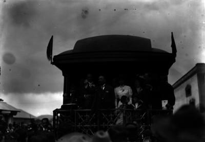 Francisco I. Madero acompañado por su familia y comitiva se despiden de las personas de Pachuca