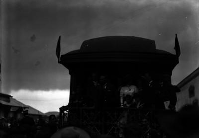 Francisco I. Madero acompañado por su familia y comitiva se despide de las personas de Pachuca