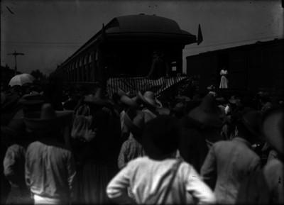Venustiano Carranza en una estación de ferrocarril durante su gira presidencial