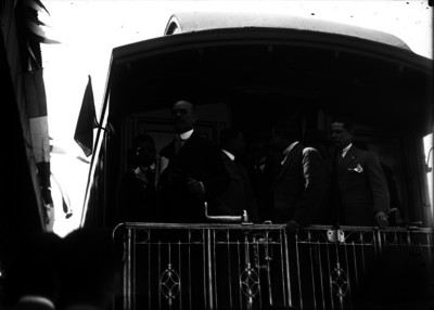 Ignacio Bonillas abordo de un cabú pasando por un poblado durante su campaña presidencial
