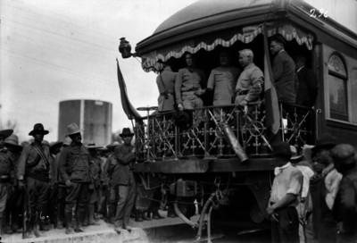 Alvaro Obregón y revolucionarios en el cabús de un ferrocarril