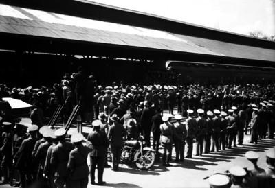 Abelardo L. Rodriguez se dirige al pueblo durante una recepción en una estación