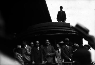 Abelardo L. Rodriguez abordo de un cabús del tren presidencial, se dirige a la gente en una estación