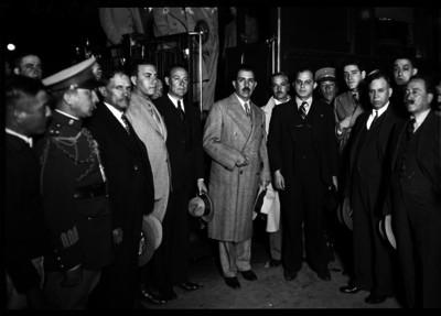 Lazaro Cárdenas acompañado de funcionarios y militares listo para salir a Comarca Lugunera a repartir tierras, retrato de grupo