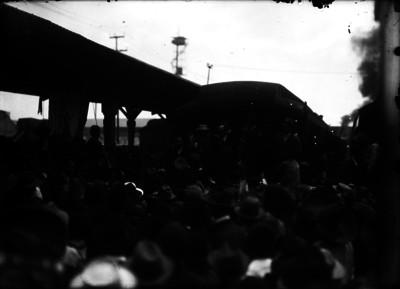 Francisco I. Madero al ser recibido por una multitud en una estación ferroviaria