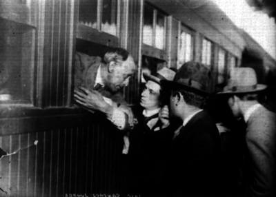 José Sánchez Juárez habla con los periodistas Alvaro Medrano y Jesús Gómez por la ventanilla de un vagón