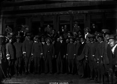 Pascual Orozco y Félix Terrazas con sus Estados Mayores junto a un ferrocarril, antes de salir a combatir a los Villistas
