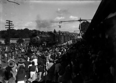 Multitud en una estación ferroviaria, durante la llegada de un tren