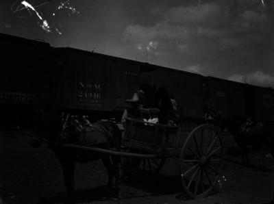 Familia en carreta junto a ferrocarril