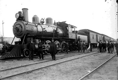 Ferrocarrileros junto a una locomotora en una estación