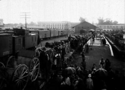Personas observan la artillería embarcada en la estación de Buenavista