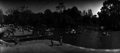 Gente abordo de lanchas en el lago de Chapultepec
