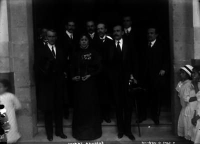 """""""Luis G. Urbina"""" con """"Rosaura Zapata"""" y otras personas durante una ceremonia, retrato de grupo"""