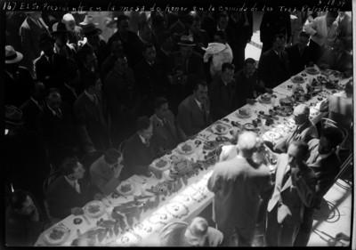 Lázaro Cárdenas acompañado por trabajadores petroleros y otras personas durante un banquete