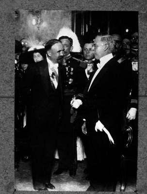 Francisco León de la Barra entrega el poder a Francisco I. Madero en Palacio Nacional, repografía