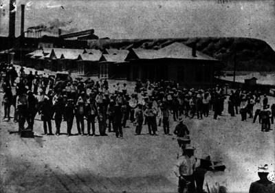 Trabajadores mexicanos en espera de la resolución del conflicto en la Compañía minera de Cananea
