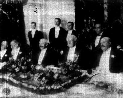 Porfirio Díaz acompañado por Ramón Corral y Fernando Pimentel, en un banquete en honor al triunfo reelecionista