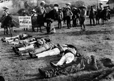 Prado Tapia y su ejército al lado de cadáveres de los rebeldes de Martín Castrejón
