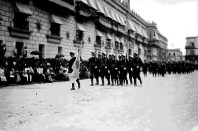 Contingente de marinos argentinos de la fragata Sarmiento, desfilan en los festejos del Centenario de la Independencia
