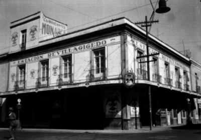 Edificio de Lubricantes Monarca y Estación de gasolina marca águila, ubicada en la segunda calle de Revillagigedo, vista general