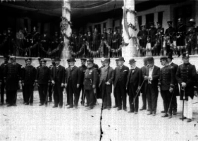 Profirio Díaz y otras personas durante la ceremonia militar en patios de un cuartel