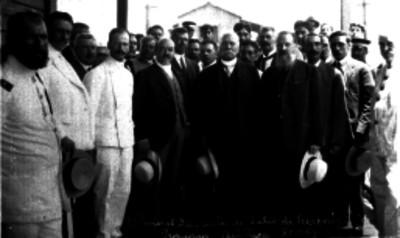 Porfirio Díaz antes de salir de Veracruz, acompañado de otras personas, retrato de grupo