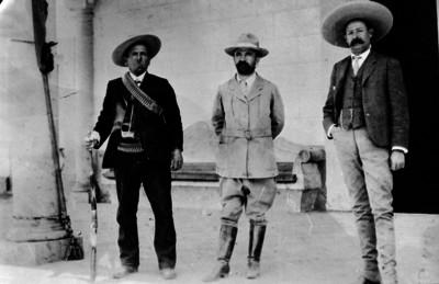Francisco I. Madero en compañía de dos jefes revolucionarios
