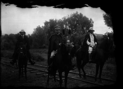 Eutiquio Munguía y otros hombres a caballo, retrato de grupo
