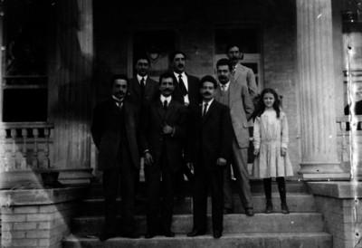 José Vasconcelos acompañado de funcionarios y la hija de Gustavo Madero
