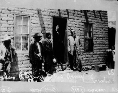 Francisco I. Madero saluda a sus tropas en el campamento revolucionario de Cd. Juárez