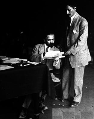 Francisco. I. Madero y su secretario particular durante la firma del convenio de paz, reprografía