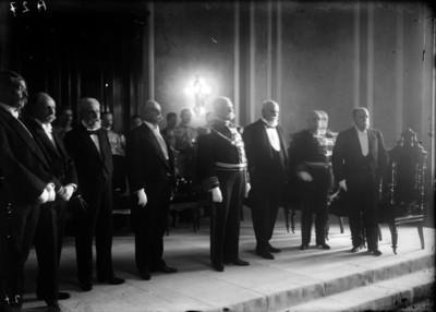 Porfirio Díaz y su gabinete en la ceremonia de la entrega del Collar del Águila Roja