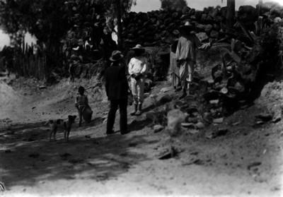 Hombre conversa con indígenas en un camino