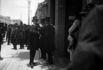 José Ives Limantour acompañado por funcionarios en la entrada de un inmueble