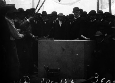 José Ives Limantour colocando la primera piedra para edificar la Casa del Estudiante, en la Plaza del Carmen