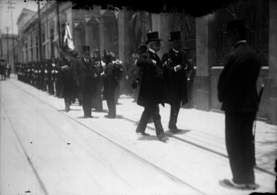 José Ives Limantour en compañía de un funcionario por una calle