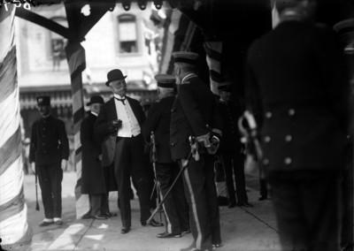 José Ives Limantour conversa con militares en una calle