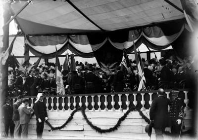 Porfirio Díaz condecorando y entregando banderas a miembros del ejército