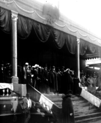 Porfirio Díaz, Bernardo Reyes y funcionarios presencian el simulacro militar en Iztapalapa