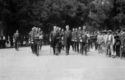 Porfirio Díaz, José Ives Limantour y su Estado Mayor, llegan al restaurante Chapultepec