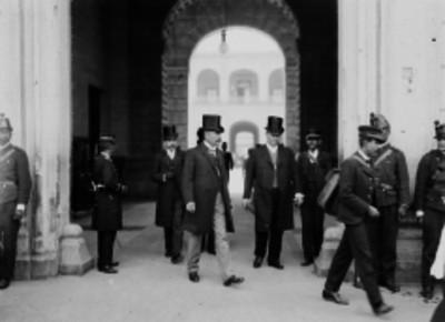 José Ives Limantour acompañado de diplomáticos al salir de un edificio