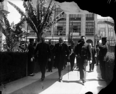 Porfirio Díaz en compañía de militares salen de una embajada