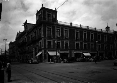 """Edificio ubicado en la esquina """"20 Nov. y Uruguay"""", fachada"""