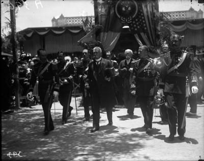 Porfirio Díaz llega al Tívoli del Eliseo acompañado de diplomáticos