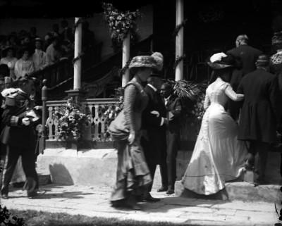 Diplomáticos acompañados por sus esposas llegan a un acto público