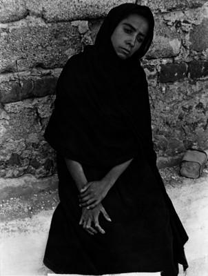 Elisa sentada junto a un muro, retrato